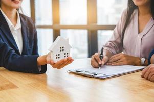 Immobilienmakler Makler verkauft Haus an Kunden
