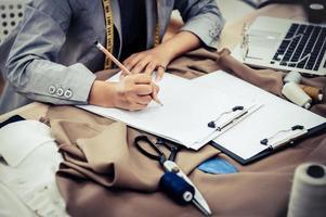 Modedesigner skizzieren Ideen
