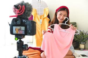 Schönheitsbloggerin, die Kleidung überprüft foto