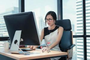 Geschäftsfrau, die am Schreibtisch arbeitet foto
