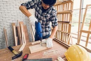Holzbearbeitungsszene des Handwerkers in der Tischlerei foto
