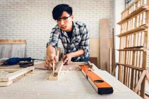 Tischler Holzbearbeitung in Werkstatt foto
