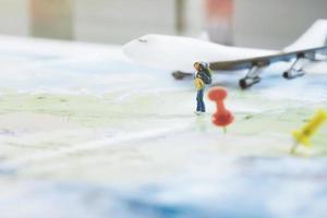 Miniatur-Holzfigur des Rucksacktouristen auf Karte in voller Größe foto