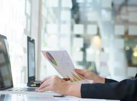 Finanzperson, die eine Grafik bei der Arbeit studiert