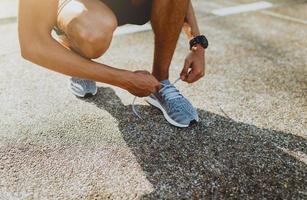 Läufer Schnürsenkel binden