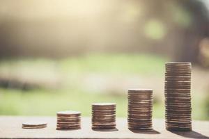 Stapel von Münzen auf dem Tisch draußen foto