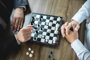 selbstbewusste Geschäftsleute, die Schachspiel spielen foto