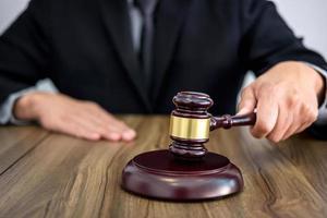 Richter streicht Hammer im Gerichtssaal foto