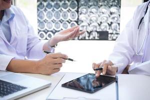 zwei Mediziner diskutieren über die Behandlung von Patienten foto