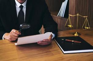 Anwalt liest gesetzliche Vertragsvereinbarung foto