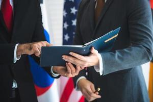 diplomatische Beziehungen zwischen zwei Beamten foto