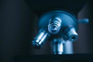 Mikroskop auf dunklem Hintergrund foto