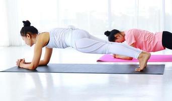 zwei Frauen trainieren zusammen foto