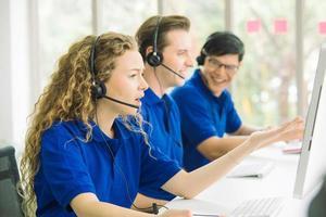 Seitenansicht einer Gruppe von Call-Center-Mitarbeitern foto