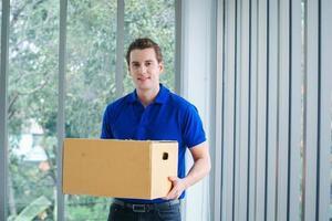 Lieferbote hält ein Paket foto
