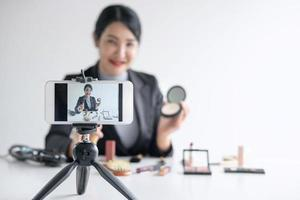Frau Vlogger macht ein Make-up-Tutorial
