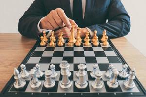 Mann spielt eine Partie Schach foto