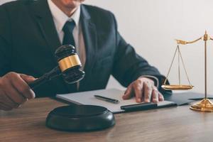 Ein Richter schlägt einen Hammer foto
