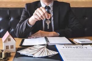 Immobilienmakler übergibt Hausschlüssel