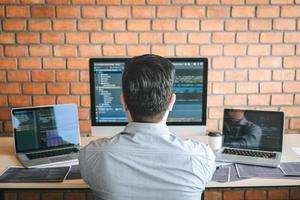 Webentwickler schreibt Code foto