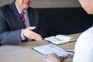 Arbeitgeber streckt die Hand aus