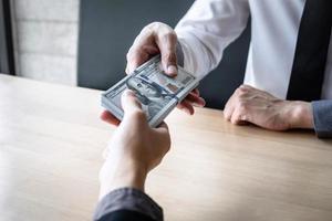 Zwei Leute tauschen Bargeld aus foto