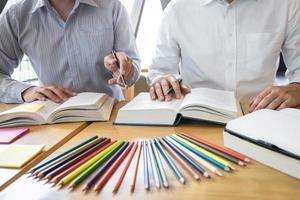 Zwei Studenten lernen zusammen über Bücher foto