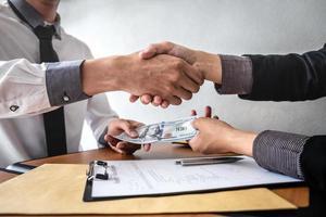 eine finanzielle Geschäftstransaktion zwischen zwei Personen foto