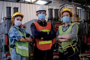 Gruppe von Technikern, die zusammen bei der Arbeit stehen foto