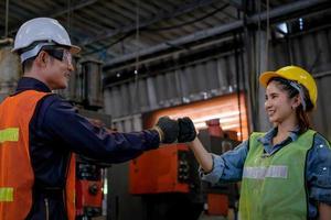 Zwei Techniker begrüßen sich am Arbeitsplatz foto
