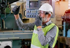 älterer Techniker, der um Unterstützung bei der Arbeit bittet foto