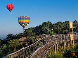 Heißluftballons auf blauem Himmel bei Ban Doi Sa-Ngo Chiangsaen foto