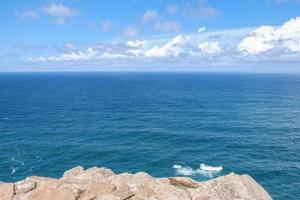 Blick auf blaues Wasser und Himmel