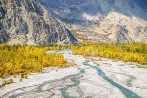 Luftaufnahme des Flusses, der durch weißen Sand fließt foto