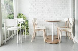 weiße Stühle und Tische