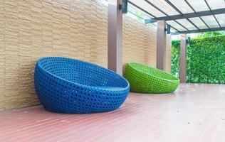 bunte Stühle im Freien foto