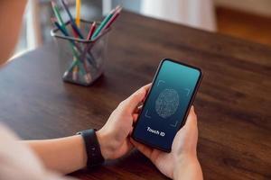 Person, die die Touch-ID auf dem Smartphone verwendet foto