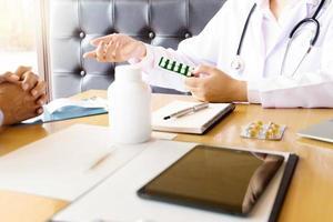Arzt, der einen Patienten berät foto