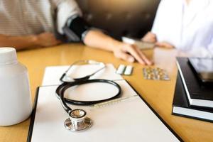 Ein Patient bekommt seinen Blutdruck gemessen foto