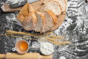 Brot im rustikalen Stil auf einem Holztisch foto