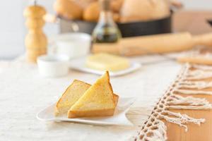 ein Teller Toast mit Küchenwerkzeugen im Hintergrund