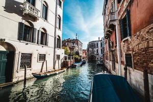 Blick auf einen Kanal in Venedig foto