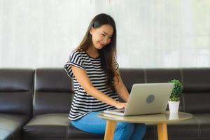 Frau, die von zu Hause auf Laptop arbeitet