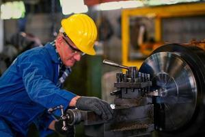 Techniker, der eine Reparatur bei der Arbeit vornimmt foto