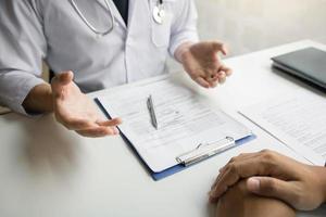 Arzt spricht mit dem Patienten foto