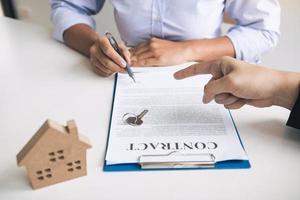 neuer Hausbesitzer, der Hausdarlehen unterzeichnet