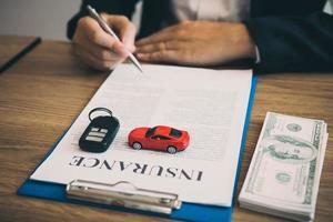 Kunde unterschreibt Versicherungsvertrag