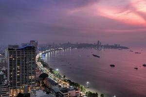 Blick auf Wolkenkratzer in Pattaya City, Thailand bei Sonnenuntergang