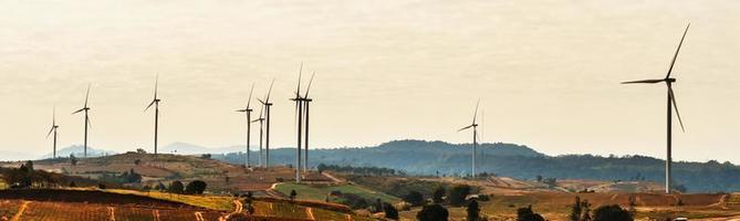 Windkraftanlagen bewegen sich an einem sonnigen Nachmittag
