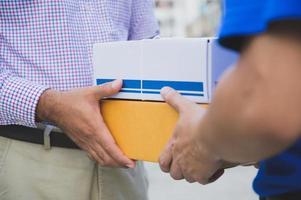 Geschäftsmann, der Lieferpakete annimmt foto